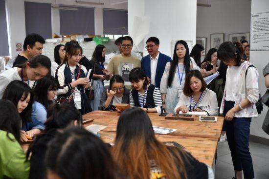 记者团一行参观手工艺术学院漆画教室 周涛 摄
