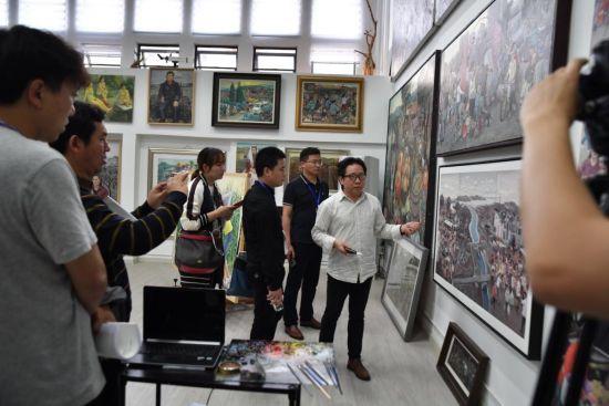 全国主流网络媒体记者参观四川美术学院美术馆。周涛 摄