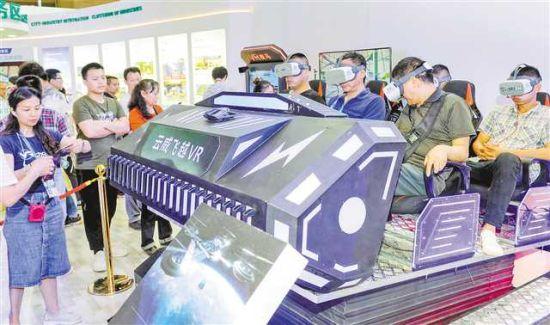 五月十七日,在西洽会渝中区展台,观展者体验VR技术。