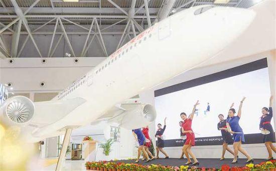 5月17日,在西洽会一航空公司展台,空姐们翩翩起舞。