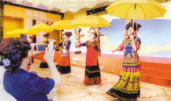 五月十七日,在西洽会展区现场,身着盛装的凉山彝族自治州的姑娘们展示其民族风情。