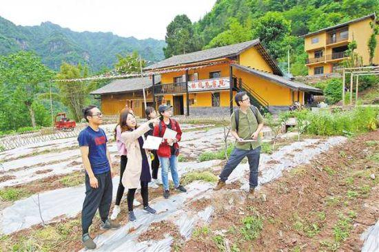 五月十六日,四川美术学院师生在中益乡坪坝村为村民规划设计民宿。记者 卢越 摄