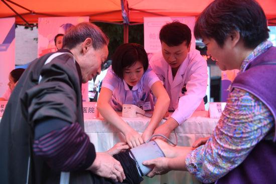 图为重庆市中医院的医生为老人免费检查身体。陈超摄