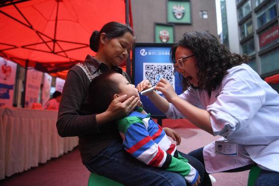 图为重庆仁品耳鼻喉医院医生为小孩义诊。陈超 摄
