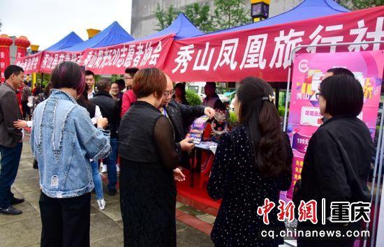 文化旅游商品展示展销 市民游客络绎不绝 姚华胜 摄