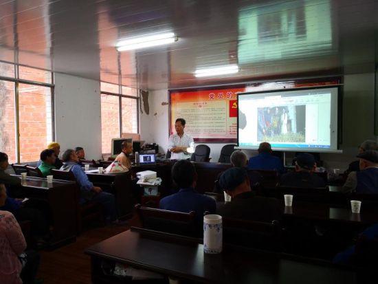 图为 专家为村民进行技术培训。 活动方供图