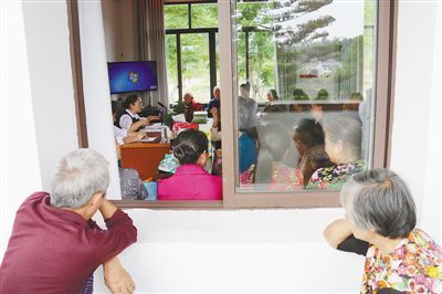 5月10日,重庆铜梁区土桥镇六赢村,积分兑换现场坐满了人。   本报记者 蒋云龙摄