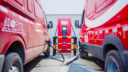 负责运输的新能源汽车正在充电桩充电。京东供图