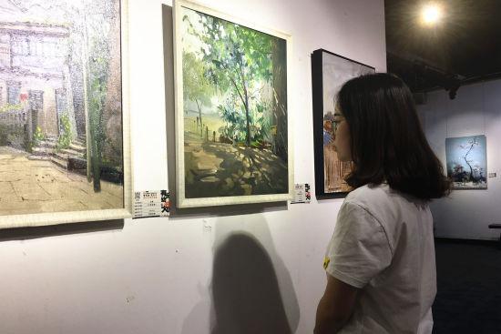 图为四川美术学院学生观展。张颖绿荞 摄