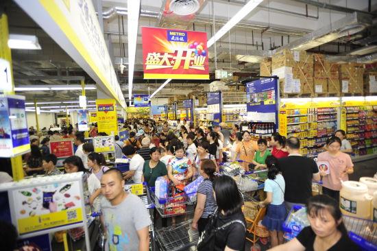 图为 开业当天大量市民走进商场体验购物。主办方供图