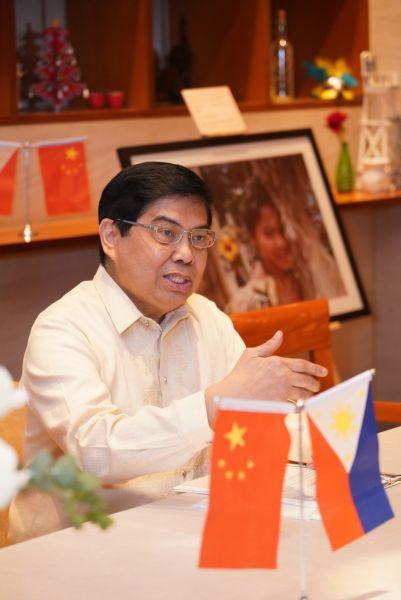 图为菲律宾驻重庆总领事馆总领事睿克山接受媒体采访。主办方供图