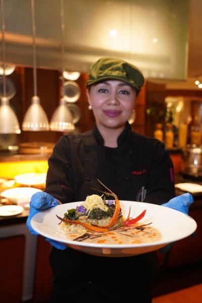 图为菲律宾主厨Michelle Adrillana制作并展示美食。主办方供图