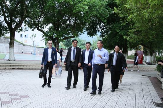 图为 秦小滨校长陪同泰国客人参观校园。校方供图