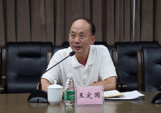 图为市委巡回指导第十九组副组长、市文化旅游委党委委员、副主任王定国讲话。 向祖海 摄
