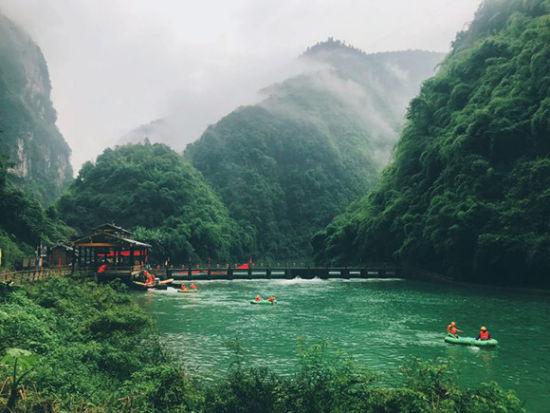 選手們在山清水秀的美景中漂流。