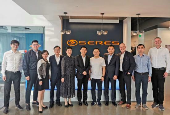 重庆两江新区代表团和金康新能源汽车管理团队合影