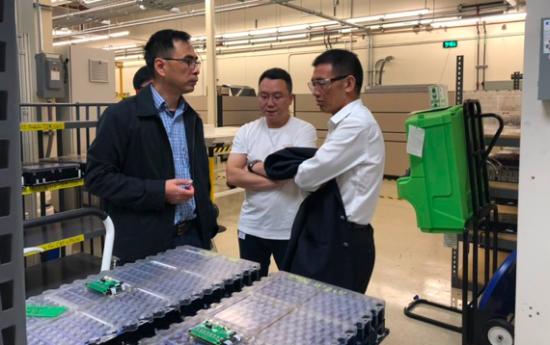 金康赛力斯首席技术官唐一帆向代表团成员介绍电池模组及BMS系统
