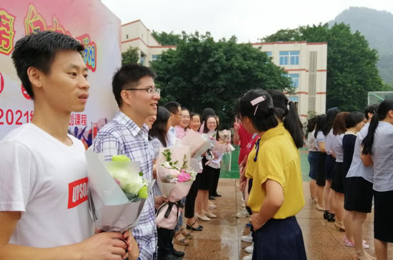 圖為學生們為老師獻花。楊鮮 攝