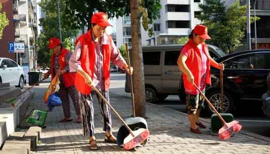 环保志愿者义务清扫垃圾。