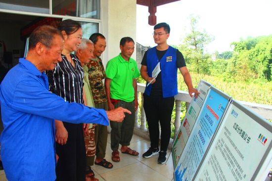 环保工作人员给村民讲解垃圾分类知识。 赵武强 摄