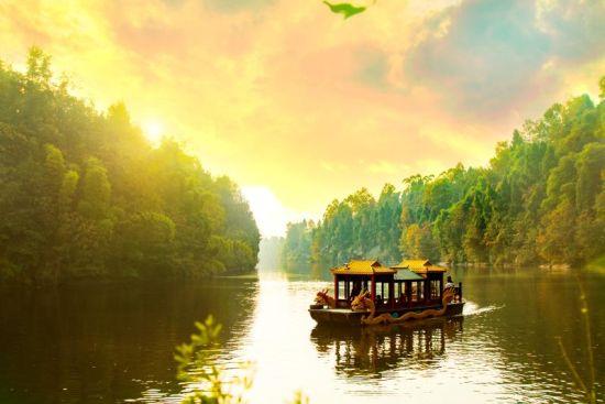 荡舟青云湖的画舫。