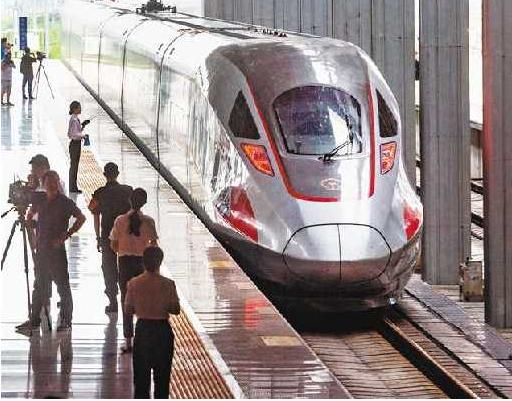 7月11日,重庆西站,开往香港的G319次高铁缓缓驶出站台。