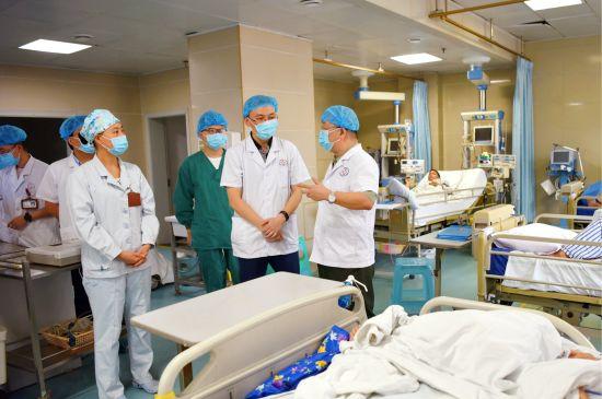 图为新桥医院医生在丰都县人民医院重症监护室开展教学查房。曾理 摄