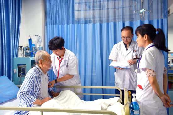 图为新桥医院心血管内科医生在重症监护室查房。曾理 摄