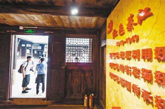 7月16日,綦江区永城镇中华村,采访团队正在参观王良故居。