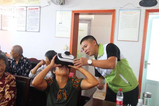 村民通过vr眼镜观看便民服务中心全貌 。校方供图