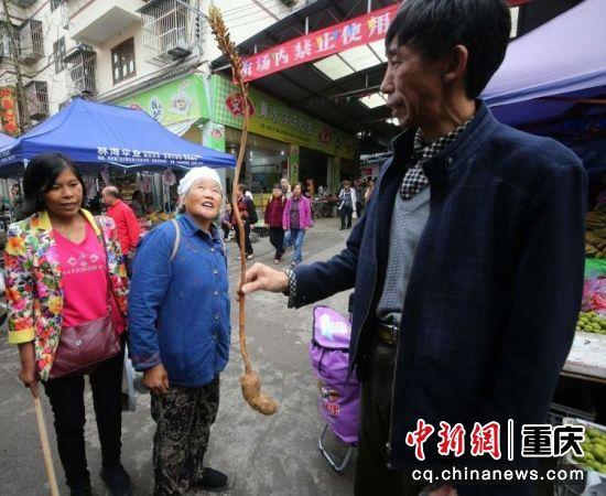 集市上村民正在介绍当地产品