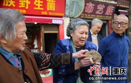 游客正在挑选罕见蘑菇
