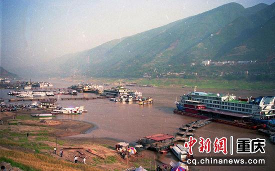 1993年10月15日,长江巫山口岸,因水位局限,上下船舶功率不大,船身短小