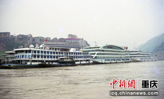 2003年10月5日,随三峡水位的提升和游客的大幅剧增,长江游船变高变大
