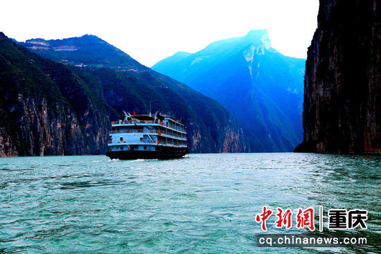 2018年10月14日,三峡工程试验性蓄水11年,大型游轮在长江夔门畅行无阻