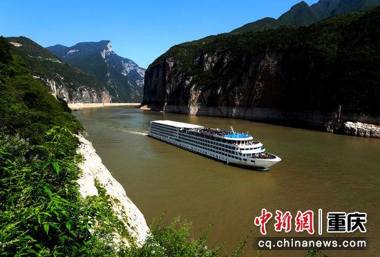 2019年6月3日,高峡出平湖,大型游轮在长江夔门砥砺前行