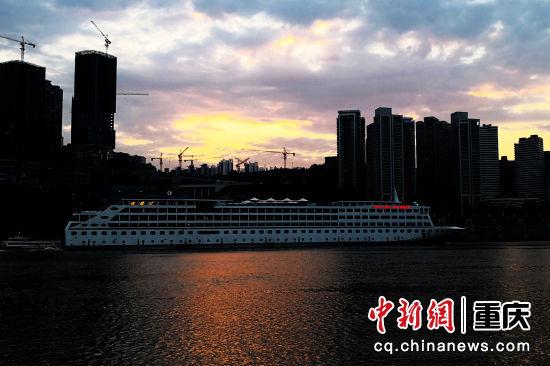 2019年6月14日,在江北嘴看到的长江黄金5号,是目前长江上游最豪华的邮轮,船上可停靠直升机,还可打高尔夫,还有露天游泳池,就像一座飘浮在江面上的五星级度假村
