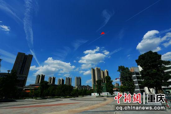 、风筝翱翔蓝天上