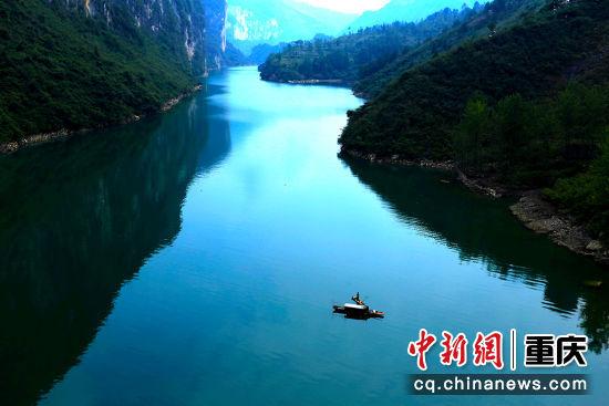 阿蓬江上舟自横