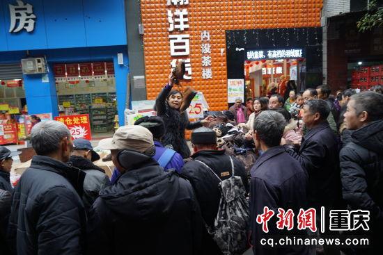 集市街上商贩正在使劲吆喝