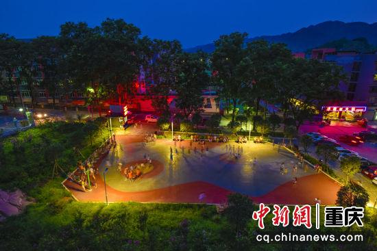 蔡家同福花园晚上灯火通明,人们在广场上强身健体