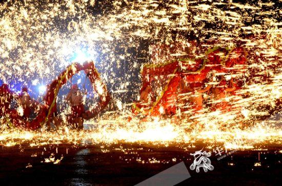 铜梁火龙表演。华龙网-新重庆客户端记者 李黎 摄
