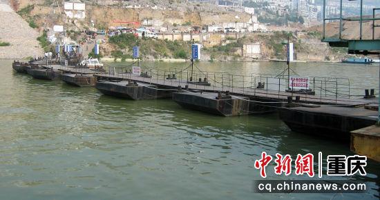 长江巫峡口岸的趸船陈朝君 摄