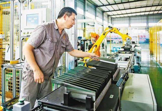 重庆首条锻打刀具智能生产线日前在大足投用。重庆日报记者齐岚森摄