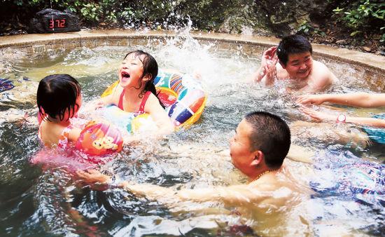 近日,人们在北碚区海宇温泉景区泡温泉。当地近年来依托丰富的温泉资源,打造特色温泉景区,促进温泉康养旅游产业发展。 特约摄影 秦廷富