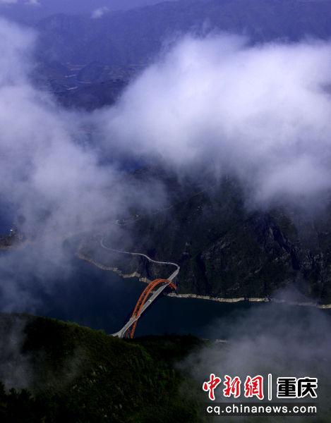 遥看烟云挂巫峡
