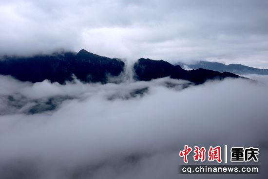 雾蒸云涌天地间