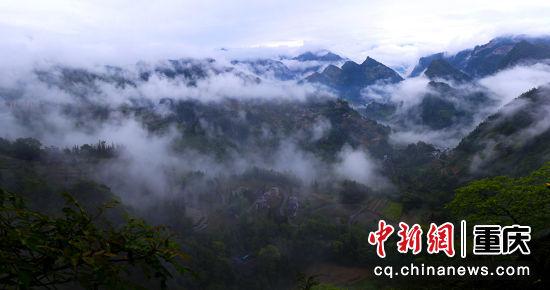 云迷雾罩山峦秀