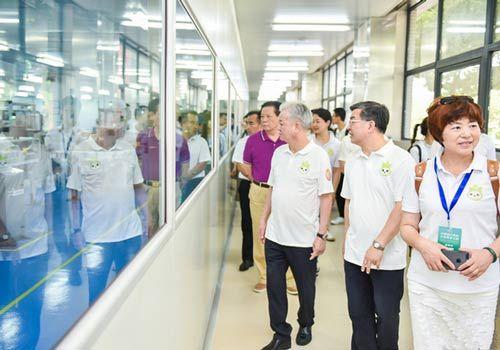 与会领导、嘉宾参观扬州完美工厂 主办方供图
