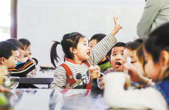 四月十二日,云阳县泥溪镇桐林小学附设幼儿园,孩子们正享用着美味的营养午餐。赌博娱乐官网 万难 摄